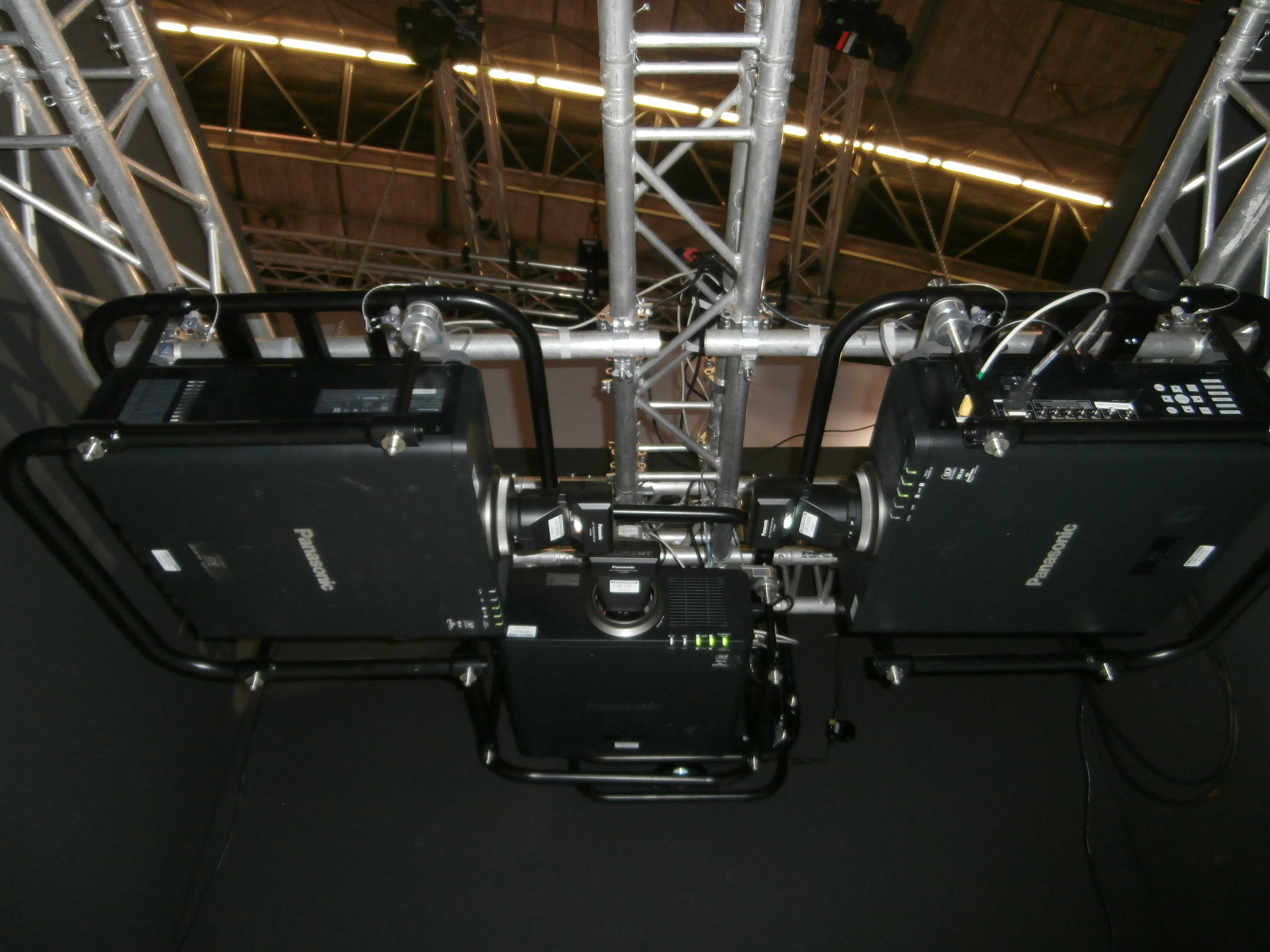 Trzy projektory Panasonic  obiektywami ET-DLE030